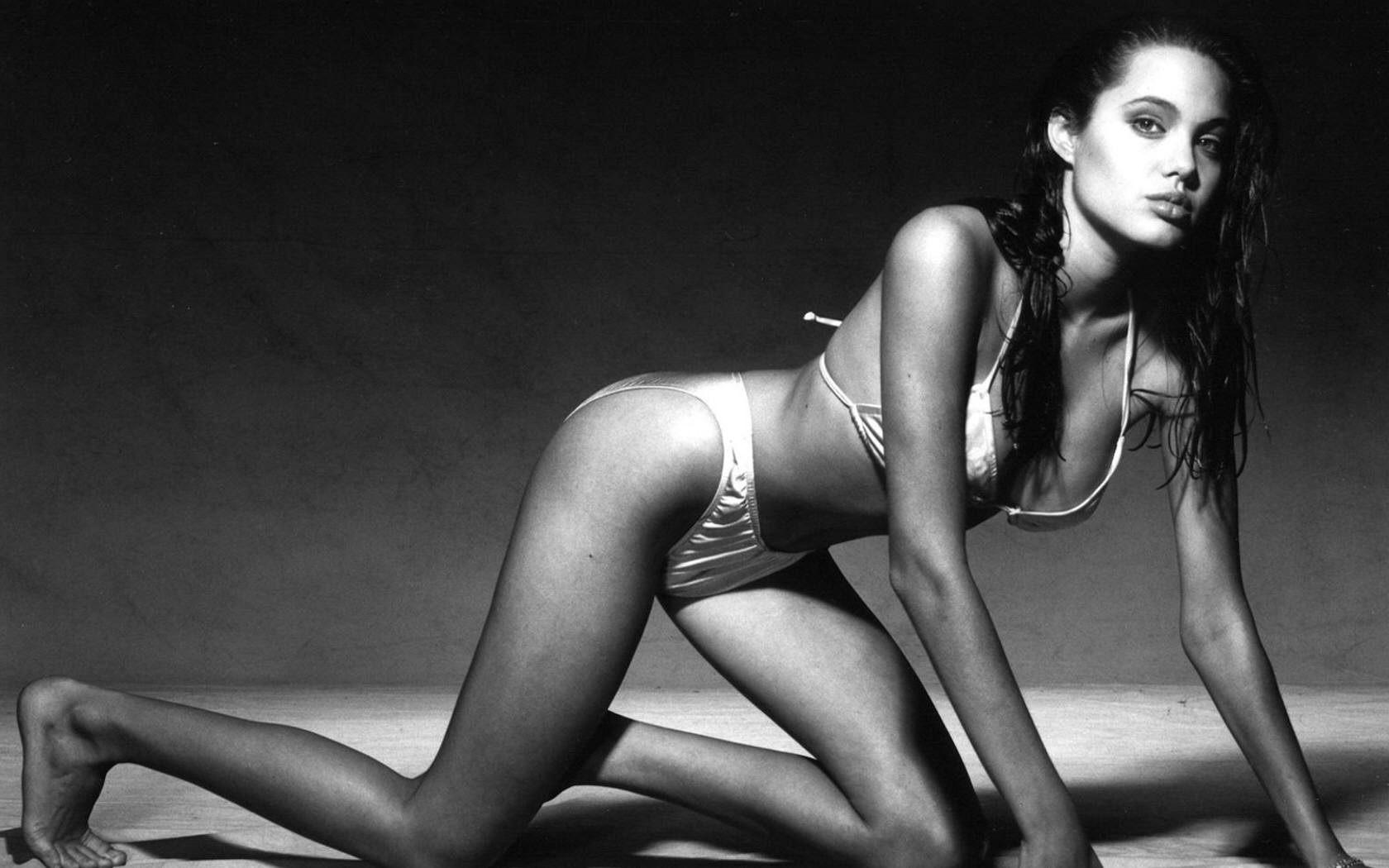 Разведенная Анджелина Джоли закрутила роман с женщиной