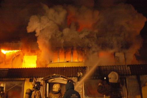 Cотрудники экстренных служб эвакуировали 20 человек из-за пожара вмагазине наюго-востоке столицы