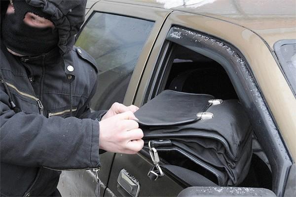 У руководителя строительной компании украли млн. руб. изавто вцентральной части Москвы