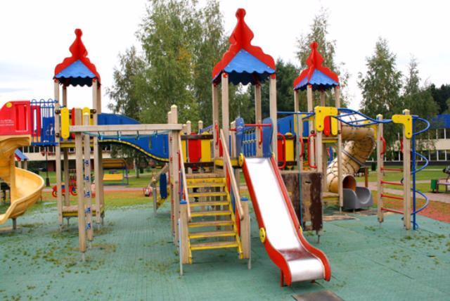 Собянин поручил до20апреля закончить ремонт детских площадок