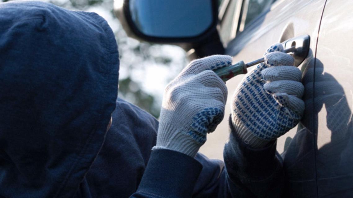 ВСмоленске подростки угнали чужую машину испрятали еевовраге