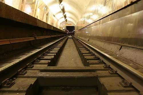 В российской столице пассажир метро извлек женщину, упавшую под поезд