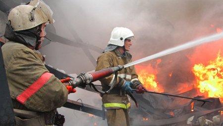 Пожарные эвакуировали 70 человек изгорящего дома вХабаровске