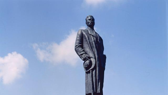 Монумент Максиму Горькому вернули на прошлое место