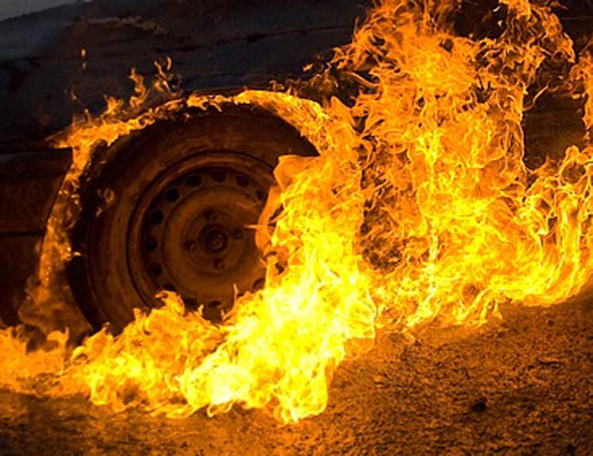 В столице России автомобиль столкнулся ипрепятствием и зажегся