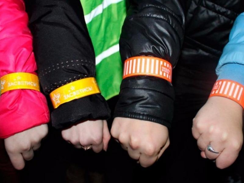 Учащимся раздадут светоотражающие браслеты изначки