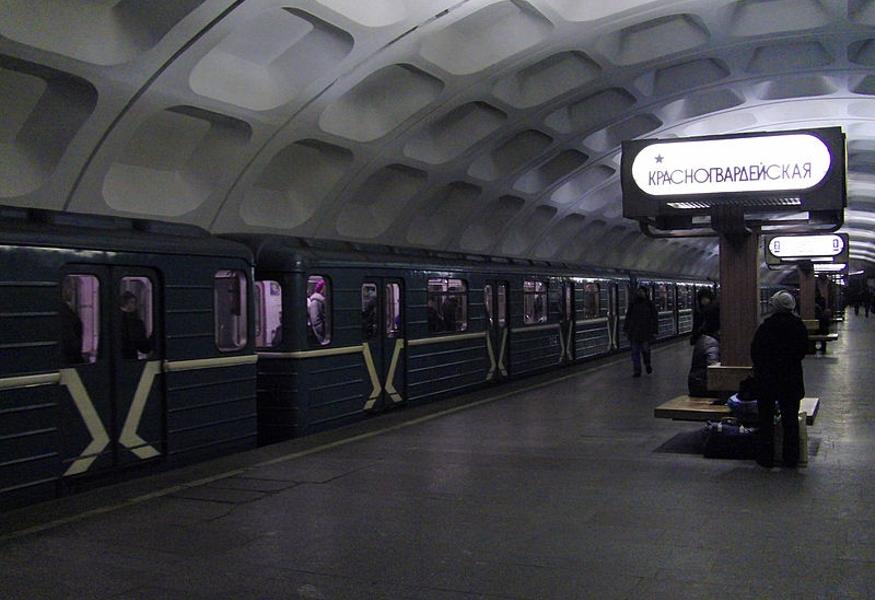 Старая женщина упала нарельсы настанции метро «Красногвардейская»