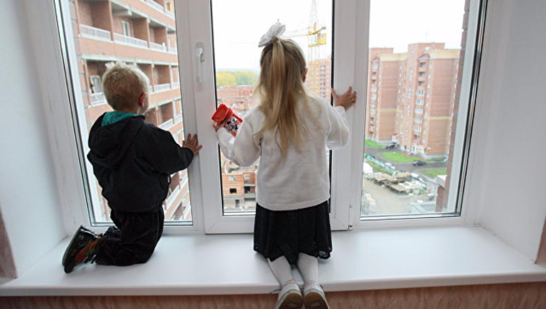 2-х детей, из 10-ти изъятых изприемной московской семьи, возвратят бабушке