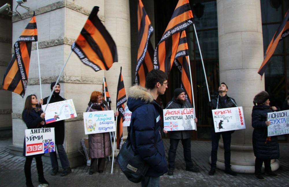Наакцию упосольства Великобритании в столице вышли около 500 человек