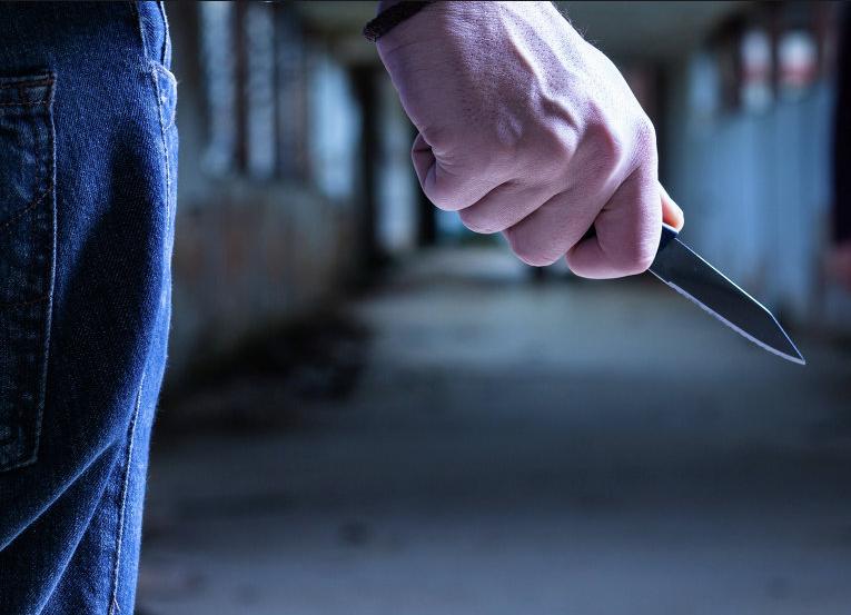 Мужчина воткнул нож вшею незнакомки взаброшенном депо вцентральной части Москвы