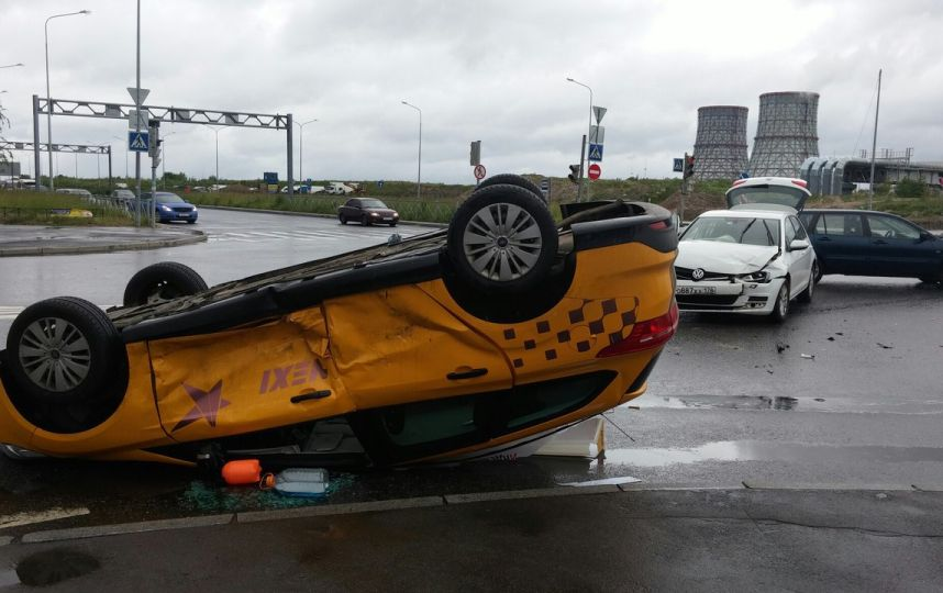 Такси врезалось встолб иопрокинулось наЛенинградском шоссе в столице