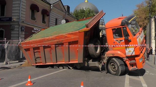Грузовой автомобиль провалился под асфальт вцентре столицы