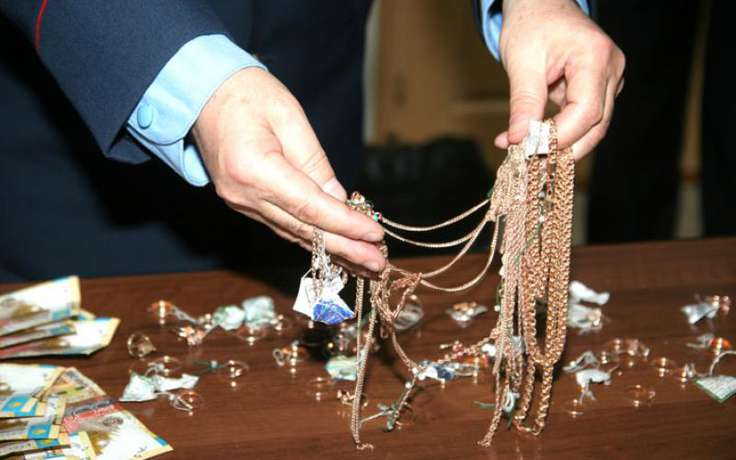 ВВидном преступник похитил 9 лотков ювелирных украшений
