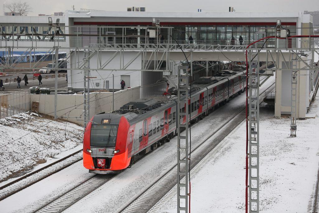 Около 20 поездов наМЖД задержались из-за обледенения контактной сети