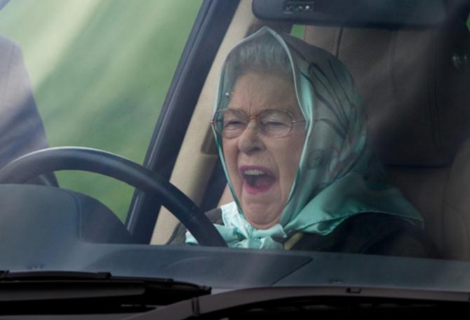 Королева Елизавета отправилась набогослужение зарулём Ягуар