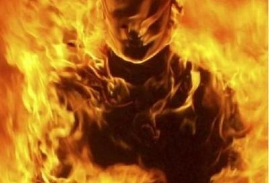 Чемпион Латвии потриатлону совершил акт самосожжения у бессрочного огня