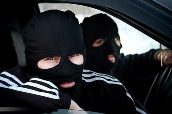 В столице преступник наChrysler похитил из кадилак доллар и350 руб.
