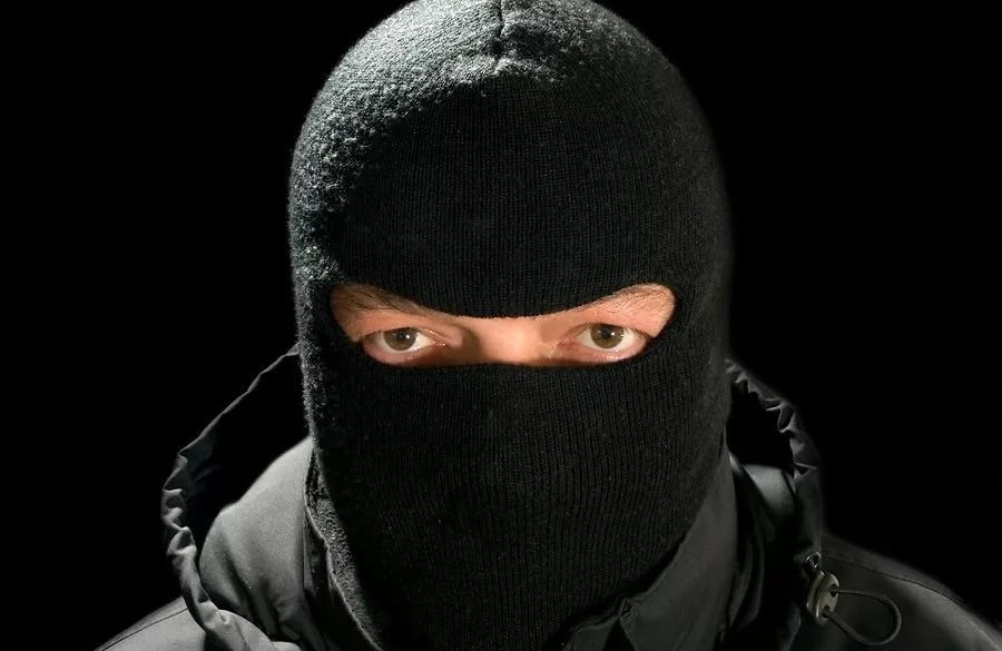Вооруженные люди вмасках совершили нападение на кабинет компании вТиНАО