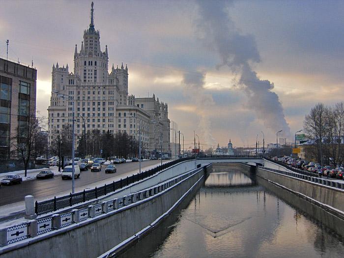Вцентральной части Москвы автомобиль упал вЯузу