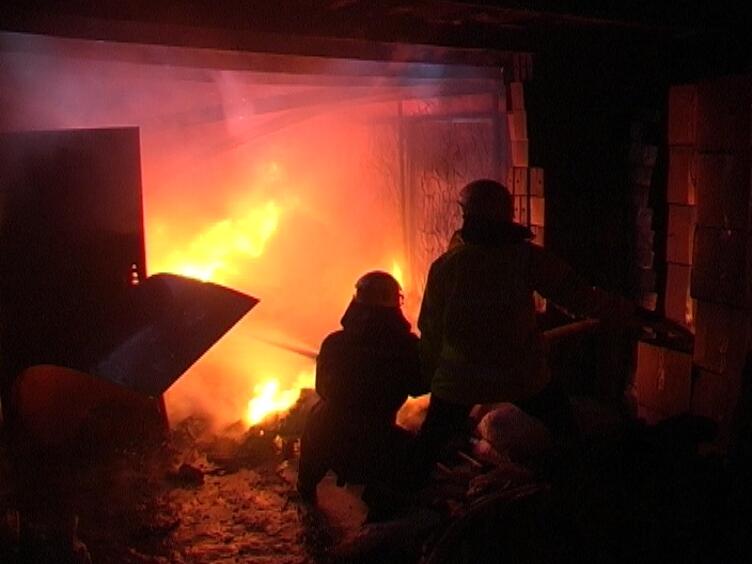 Два человека погибли впожаре вгаражах назападе столицы