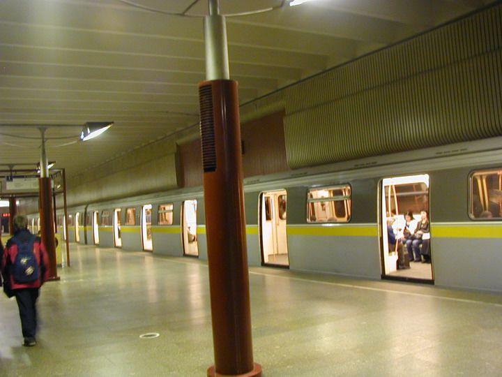 Настанции метро «Волжская» пассажир ударился обуходящий поезд