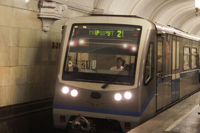 Вмосковском метро поезд задел пытавшуюся посмотреть время прибытия пенсионерку