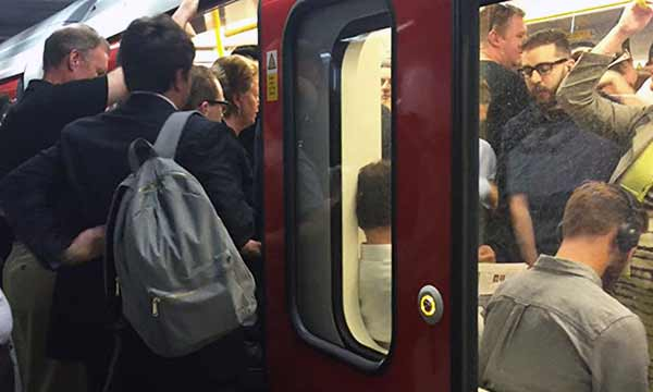 Пассажиров московского метро просят снимать рюкзаки