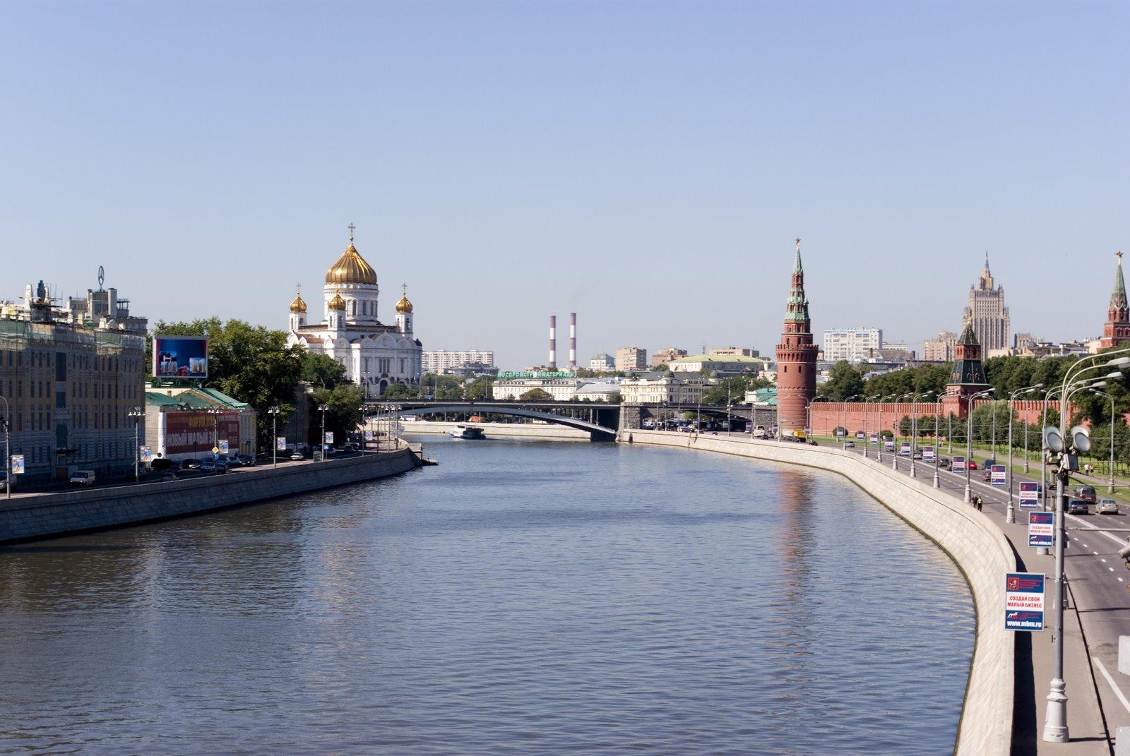 Мужчина наспор прыгнул степлохода вреку вцентральной части Москвы
