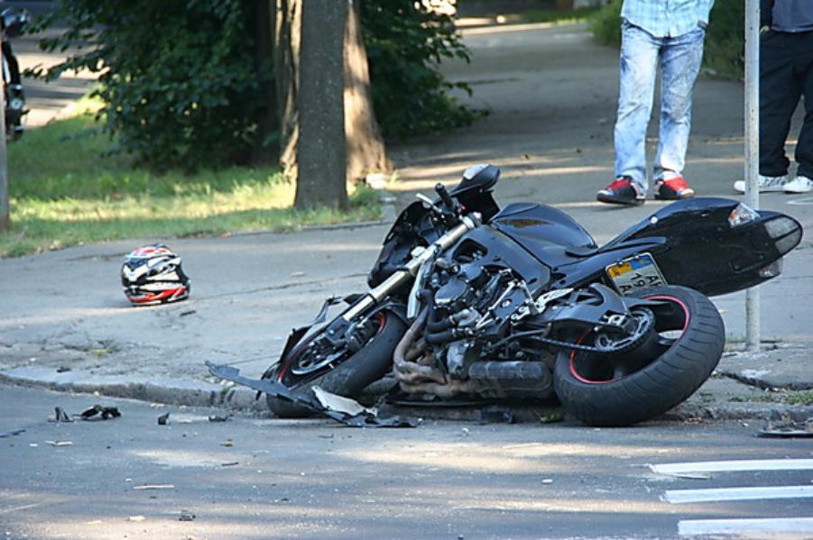 Мотоциклист умер в итоге столкновения савтомобилем такси наЩелковском шоссе