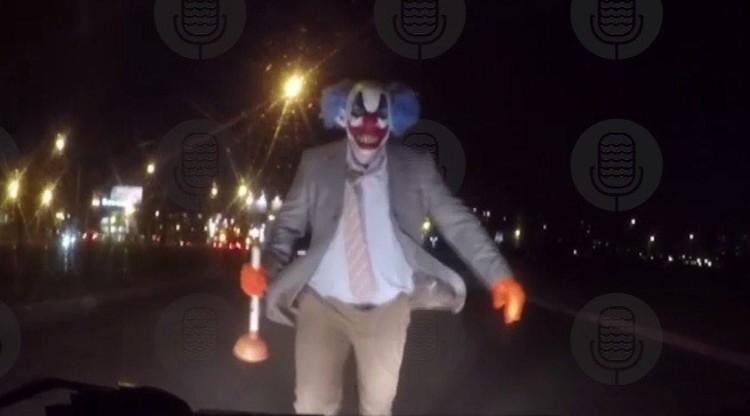 Клоун свантузом напал намашину жителя Петербурга