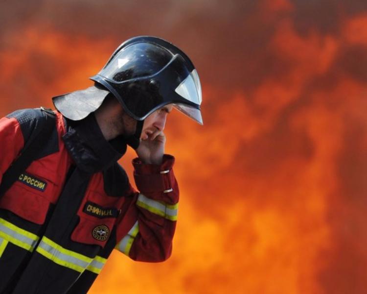 Автомобиль марки Ягуар сгорел напротив гостиницы в столице
