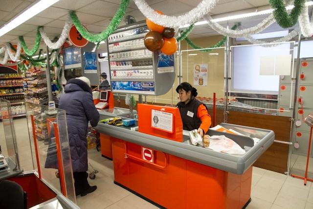 Клиент ранил ножом кассира супермаркета и исчез на Инфинити