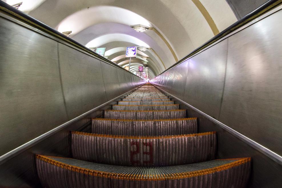 Эскалатор «зажевал» ногу девушки настанции метро «Октябрьская»