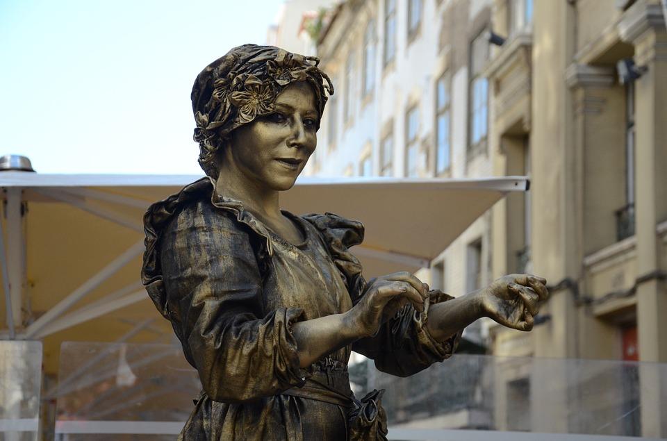 В столицеРФ нанескольких дорогах появились живые статуи