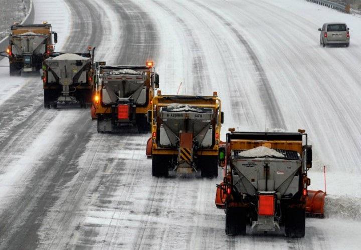 Спецтехника 2-ой раз засутки вышла наулицы столицы для уборки снега