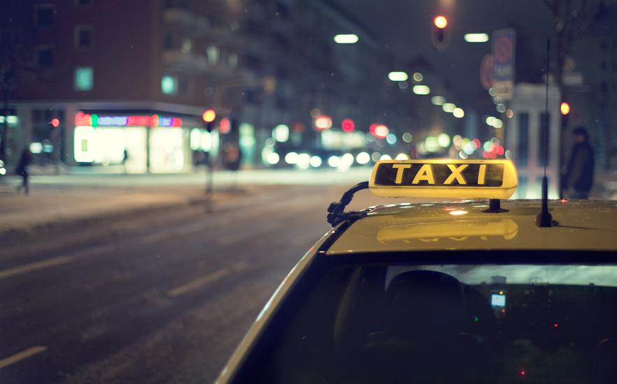 НаКутузовском проспекте врезультате дорожного происшествия перевернулось такси