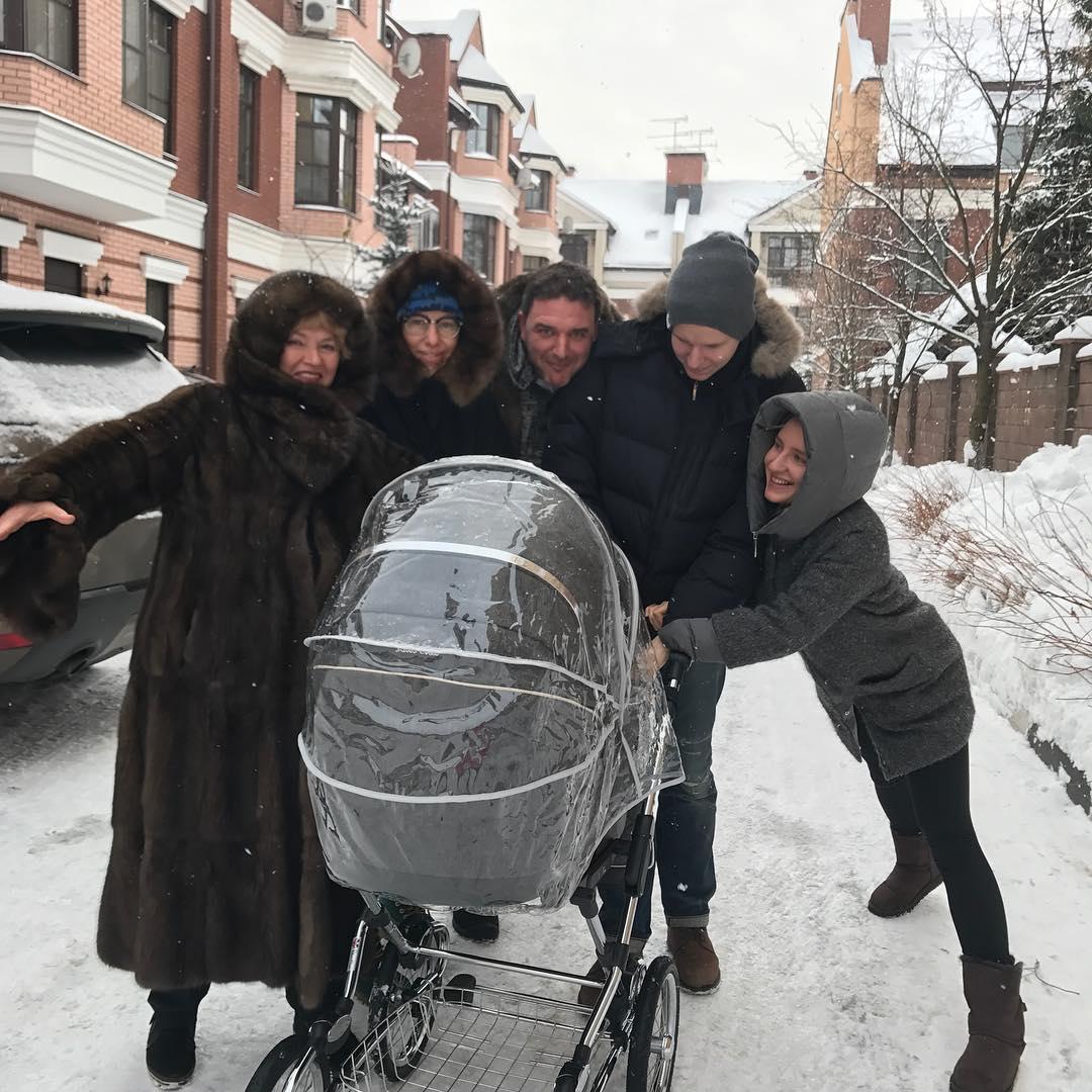 Родственники Ксении Собчак подрались из-за коляски на первой прогулке ее ребенка
