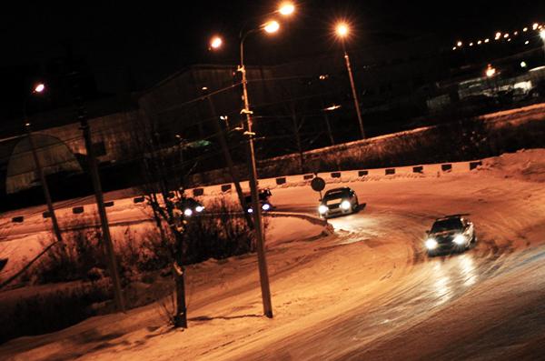 В столицеРФ дрифт наавтомобиле Ленд Ровер завершился столкновением сзабором МГУ