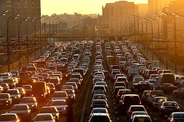 Водителей попросили отказаться отпоездок вцентр столицы