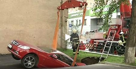 Mercedes провалился под асфальт вцентральной части Москвы