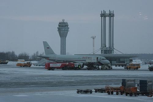 Самолет в столицу Российской Федерации несмог вылететь изПулкова из-за мокрого снега