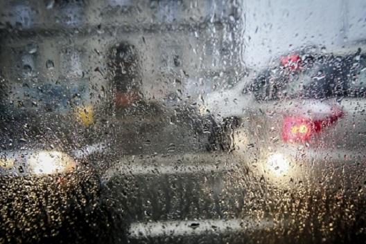Автомобилистов столицы призвали быть внимательными на трассах из-за снега игололеда
