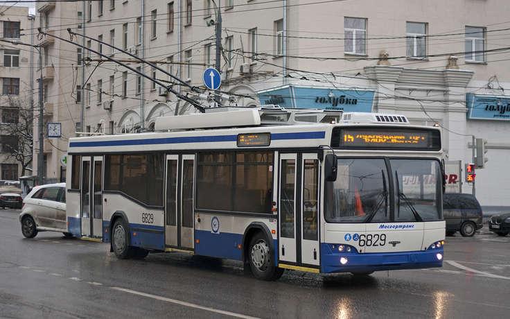 В российской столице девушка сножом набросилась напассажира троллейбуса