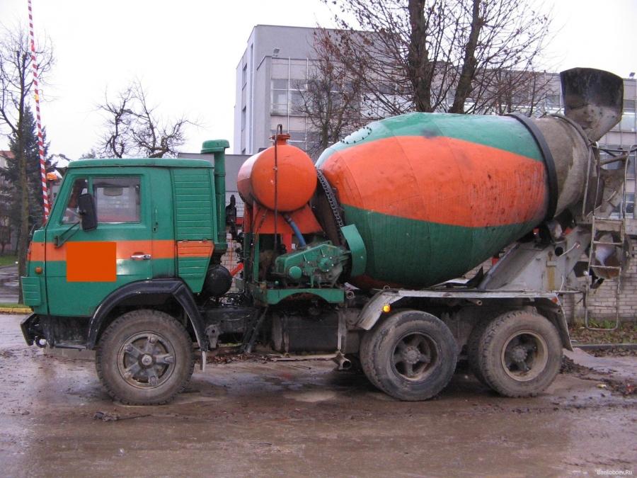 Бетономешалка врезалась втрамвай в столице России