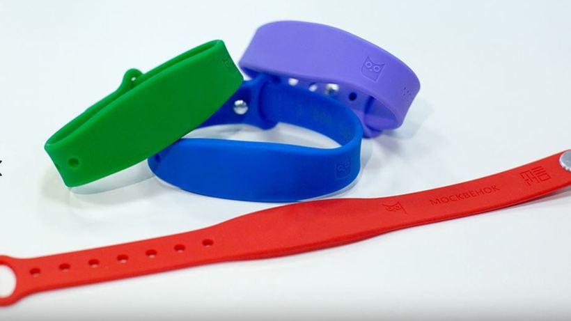 Для столичных школьников разработали электронные браслеты