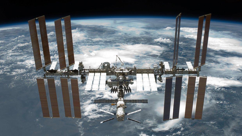 На ВДНХ привезли 10-тонный орбитальный модуль