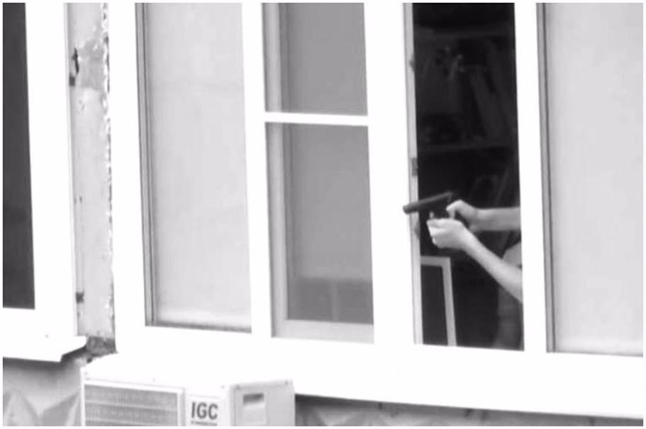 В столице мужчина изокна собственной квартиры обстрелял дворников