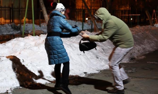 Вцентральной части Москвы ищут грабителя-неудачника, ударившего ножом девушку
