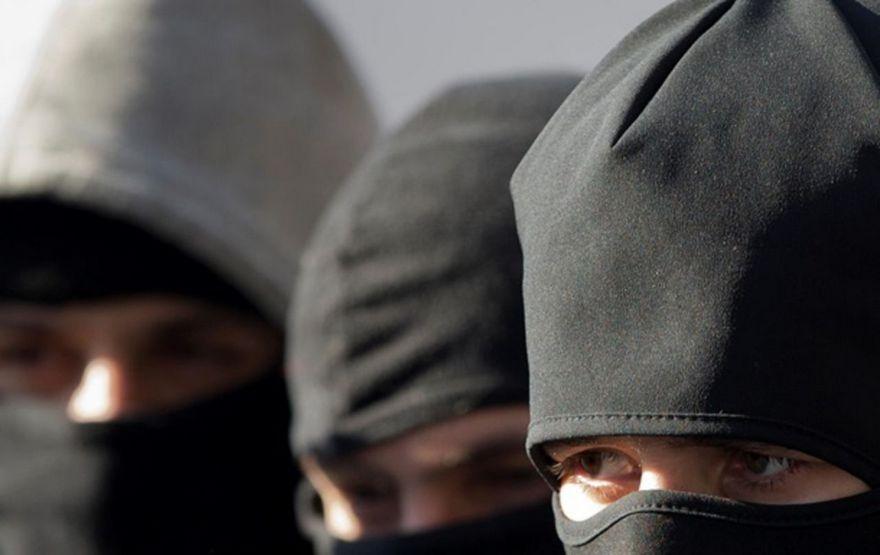 В столице трое вооруженных злоумышленников ограбили квартиру