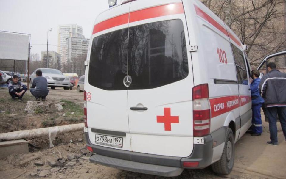 Москвич госпитализирован после падения вкотлован вцентральной части Москвы